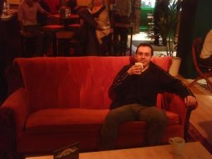 quando que pensei que ia tomar um café nesse famoso sofá laranja hein??
