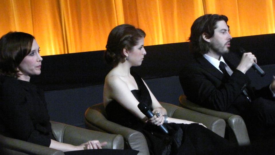 """Vera Farmiga e Anna Kendrick, atrizes, e Jason Reitman, diretor do excelente """"Up in the Air"""""""