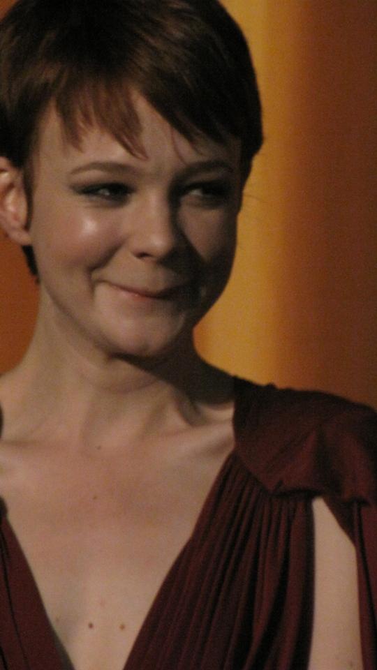 Não é Katie Holmes não.. é Carey... Carey Mulligan... revelação de 2009 e pronta pra puxar o tapete da Meryl Streep