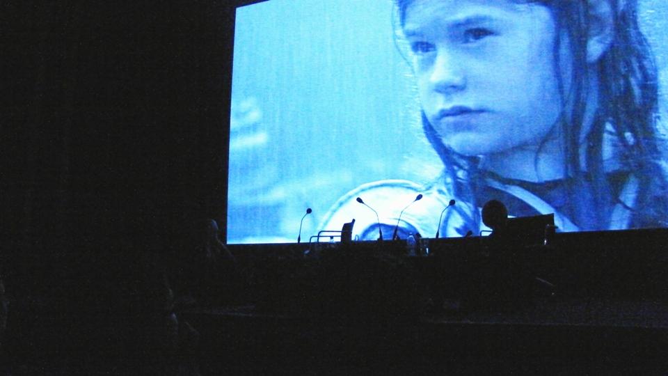Disposição não faltou pra Jane Campion: sentada no chão (esq.) a cada clipe de seus filmes