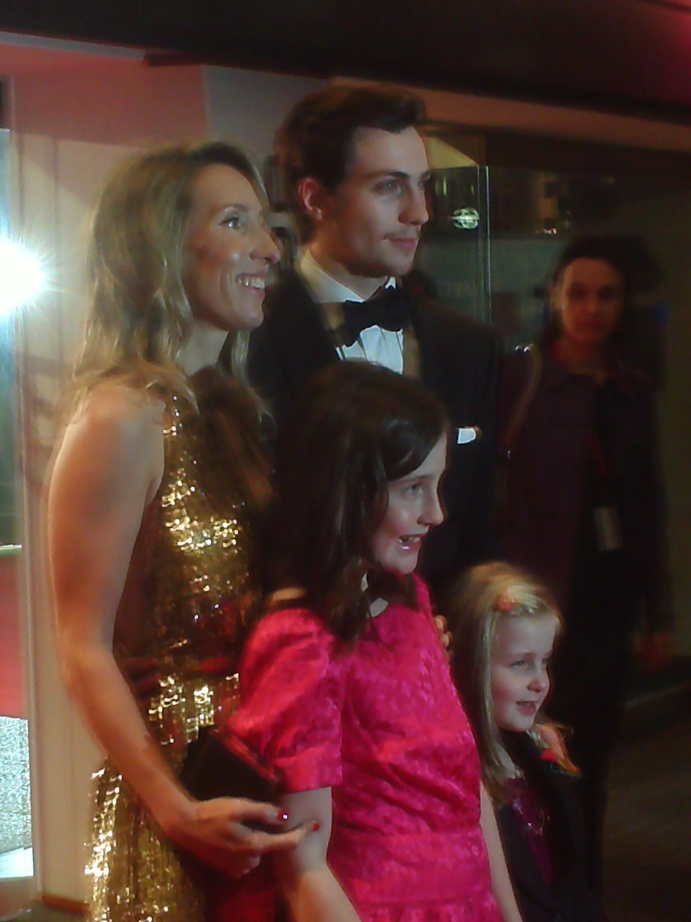 Entramos juntos no cinema: a diretora Sam Taylor-Wood e o protagonista Aaron Johnson (mais duas mini-atrizes do filme)